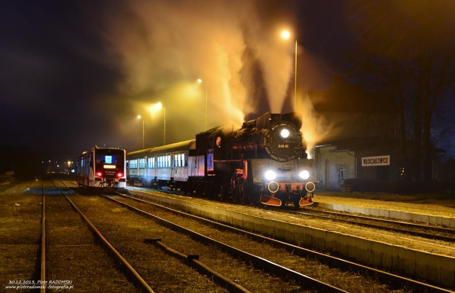 Włoszakowice. Parowóz Ol49-69 z wieczornym pociągiem osobowym z Leszna do Wolsztyna.