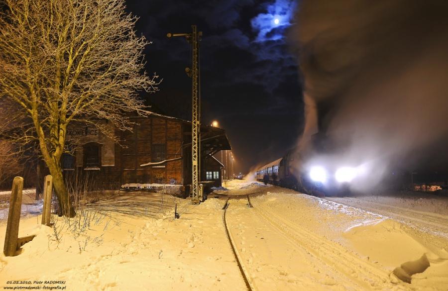 Rakoniewice. Parowóz Ol49-69 z wczesno porannym  pociągiem osobowym z Wolsztyna do Poznania.