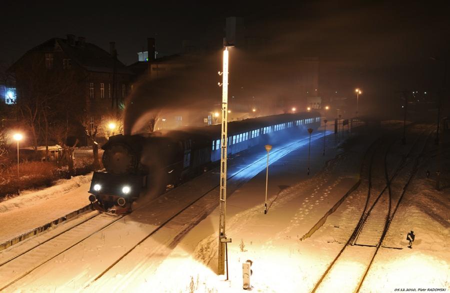 Grodzisk Wlkp. Parowóz Ol49-7 z wieczornym pociągiem osobowym z Poznania do Wolsztyna.