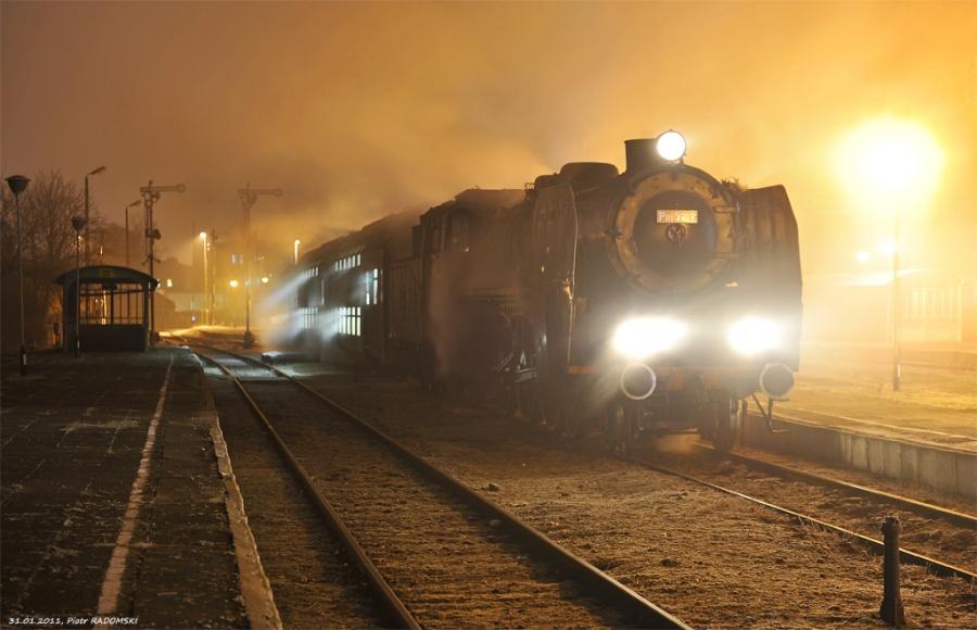 """Grodzisk Wlkp. Parowóz Pm36-2 - """"PIĘKNA HELENA"""" z rannym pociągiem osobowym z Wolsztyna do Poznania."""
