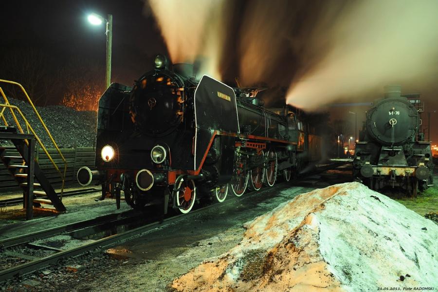 """Parowozownia Wolsztyn obrządzanie parowozu Pm36-2 (""""Piękna Helena"""") na kanale oczystkowym"""