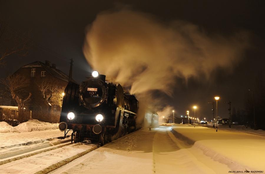 """Grodzisk Wlkp. Parowóz Pm36-2 - """"PIĘKNA HELENA"""" z wieczornym pociągiem osobowym z Poznania do Wolsztyna."""