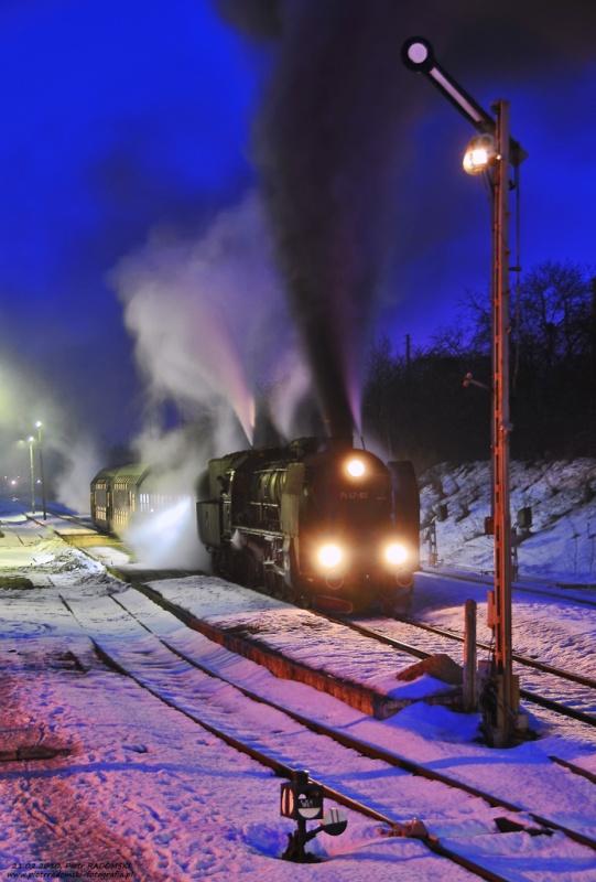 """Stęszew. Parowóz Pt47-65 - """"PETUCHA"""" z wieczornym pociągiem osobowym z Poznania do Wolsztyna."""