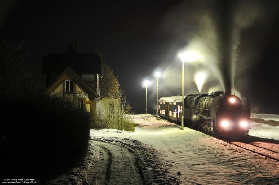 """Ruchocice. Parowóz Pt47-65 - """"PETUCHA"""" z wieczornym pociągiem osobowym z Poznania do Wolsztyna."""