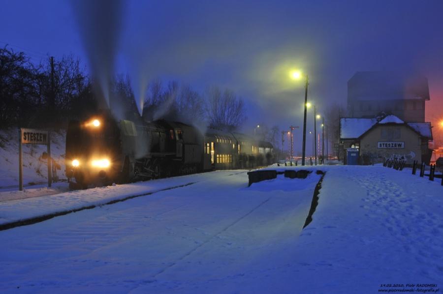 """Stęszew. Parowóz Pt47-65 - """"PETUCHA"""" z wczesno porannym pociągiem osobowym z  Wolsztyna do Poznania."""