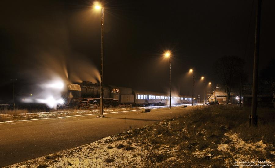 """Rakoniewice. Parowóz Pt47-65 - """"PETUCHA"""" z wieczornym pociągiem osobowym z Poznania do Wolsztyna."""