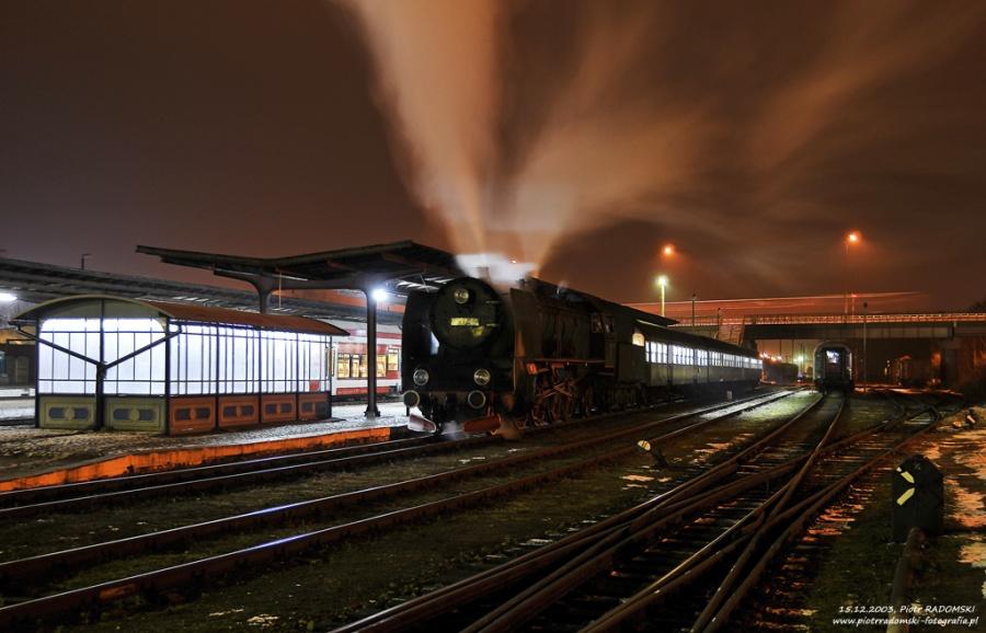 """Wolsztyn. Parowóz Pt47-65 - """"PETUCHA"""" z wieczornym pociągiem osobowym z Poznania zakończył bieg."""