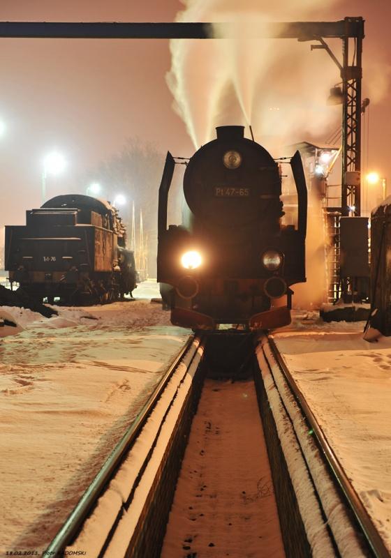 """Parowozownia Wolsztyn obrządzanie parowozu Pt47-65 (""""Petucha"""") na kanale oczystkowym"""