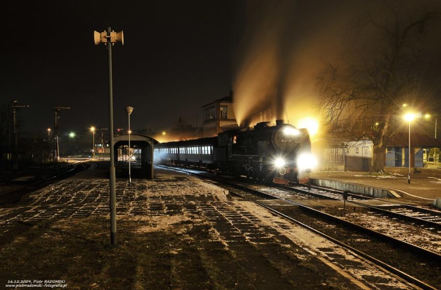 """Grodzisk Wlkp. Parowóz Pt47-65 - """"PETUCHA"""" z wczesno porannym pociągiem osobowym z  Wolsztyna do Poznania."""