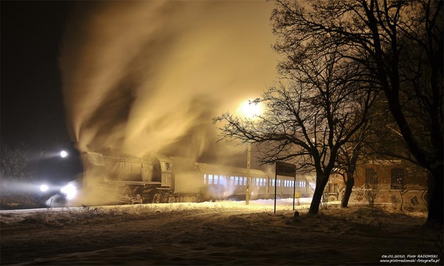 """Rostarzewo. Parowóz Pt47-65 - """"PETUCHA"""" z wieczornym pociągiem osobowym z Poznania do Wolsztyna."""