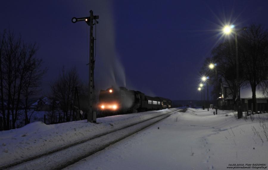"""Szreniawa. Parowóz Pt47-65 - """"PETUCHA"""" z wieczornym pociągiem osobowym z Poznania do Wolsztyna."""